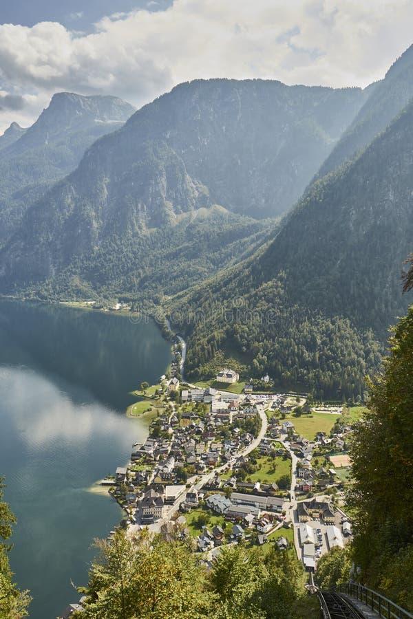 一个风景的风景看法与山的在Halstatt村庄上在奥地利 图库摄影