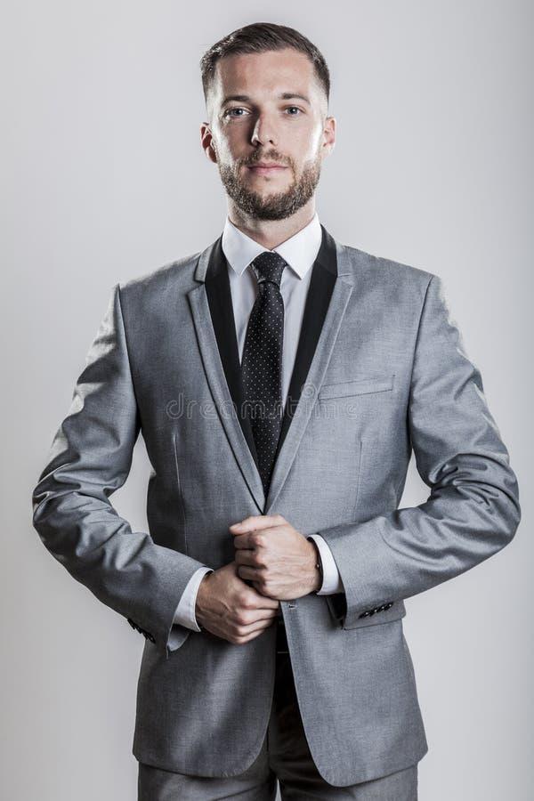 一个骄傲的典雅的商人的画象灰色衣服领带和衬衣的 库存图片