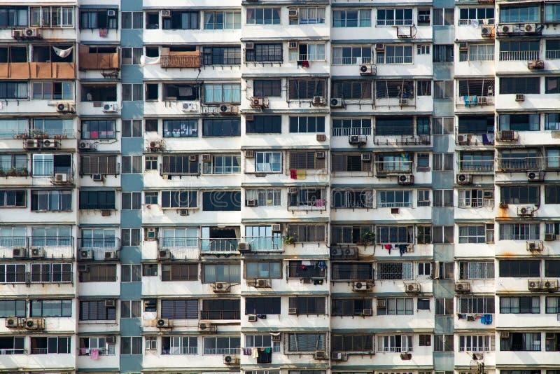 一个高层住宅房子的门面在人口过剩的市孟买,印度 免版税库存照片