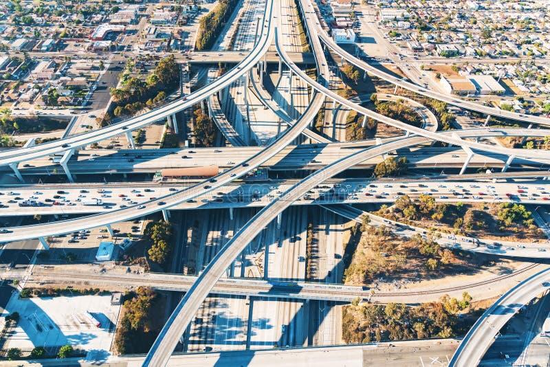 一个高速公路交叉点的鸟瞰图在洛杉矶 免版税库存图片