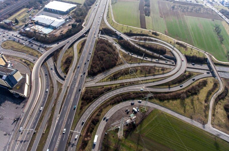 一个高速公路交叉点的鸟瞰图有苜蓿叶形立交路口互换的德国科布伦茨 免版税图库摄影