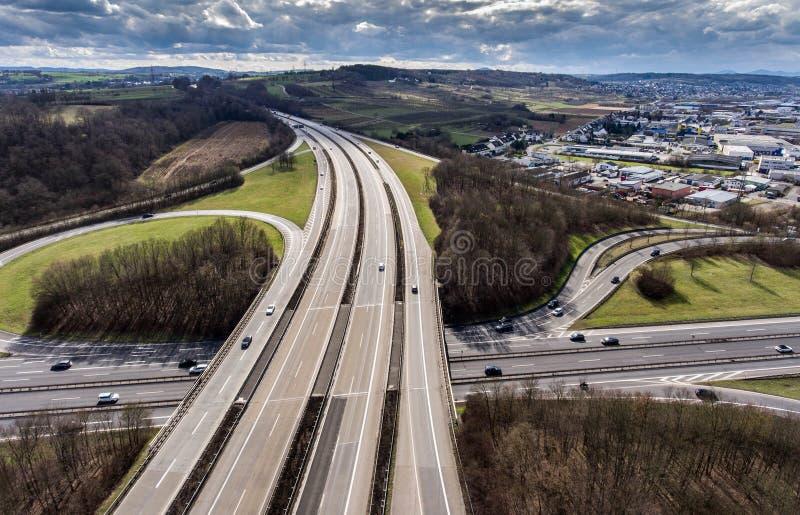 一个高速公路交叉点的鸟瞰图有苜蓿叶形立交路口互换的德国科布伦茨 免版税库存图片