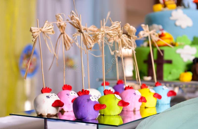 一个鲜美球birdlike蛋糕的图象,在镜子板材 免版税库存照片