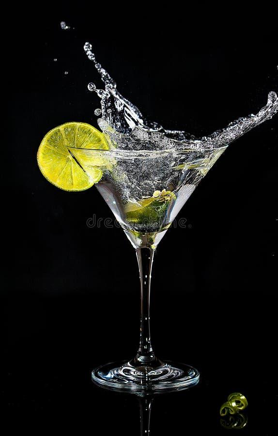 一个鸡尾酒的飞溅在马蒂尼鸡尾酒玻璃的 免版税库存图片