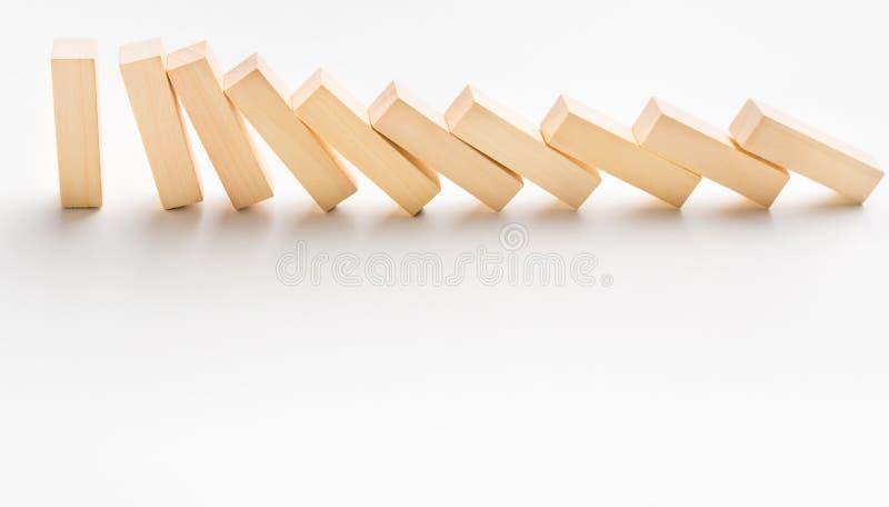 一个黄色木块停止下跌象多米诺的其他部分 免版税库存图片