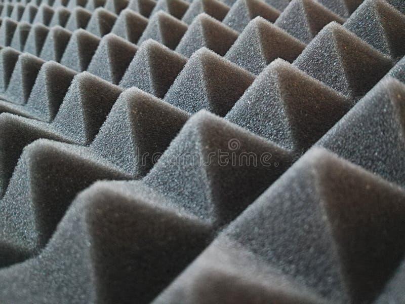 一个黑隔音盘区的金字塔 免版税库存图片