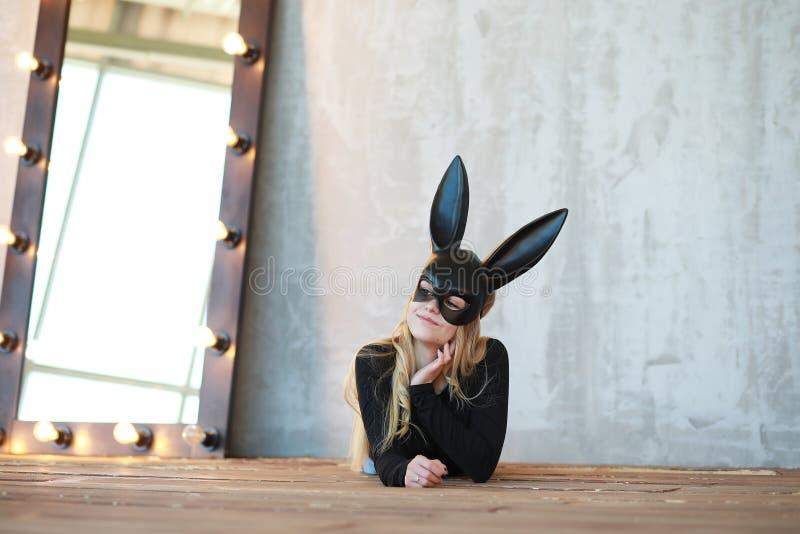 一个黑面具的一个女孩 库存图片