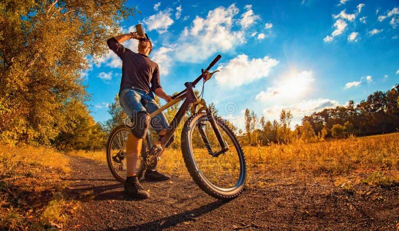 有一种游戏是一个人戴着帽子骑着单车去过关的这种游戏叫什么 游戏