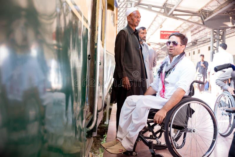 一个年轻人享用Azadi火车准备好在铁路St的旅途 免版税图库摄影