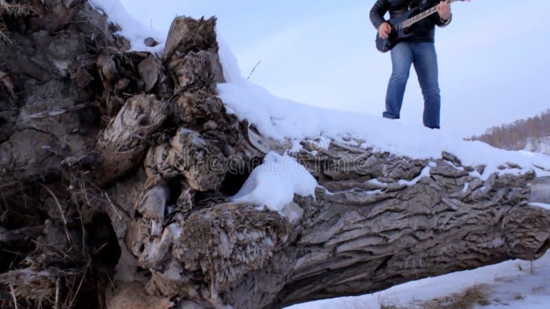 一个年轻人在弹吉他的冬天 股票录像