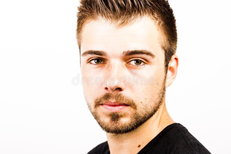 一个年轻人的画象与3天在白色后面前面刮胡须 库存图片