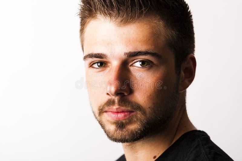 一个年轻人的画象与3天在白色后面前面刮胡须 库存照片