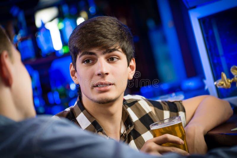 一个年轻人的画象酒吧的 免版税库存图片