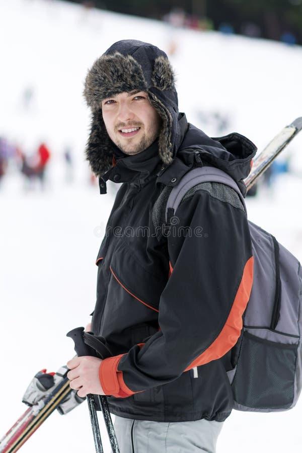 一个年轻人滑雪者的画象滑雪倾斜的 库存照片