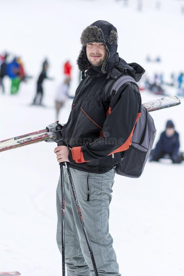 一个年轻人滑雪者的画象滑雪倾斜的 免版税库存图片