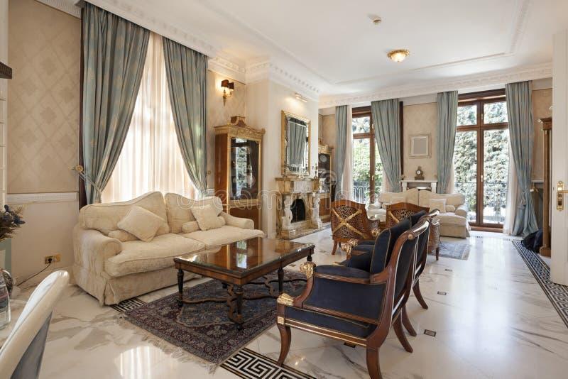 一个经典样式客厅的内部豪华别墅的 免版税库存照片