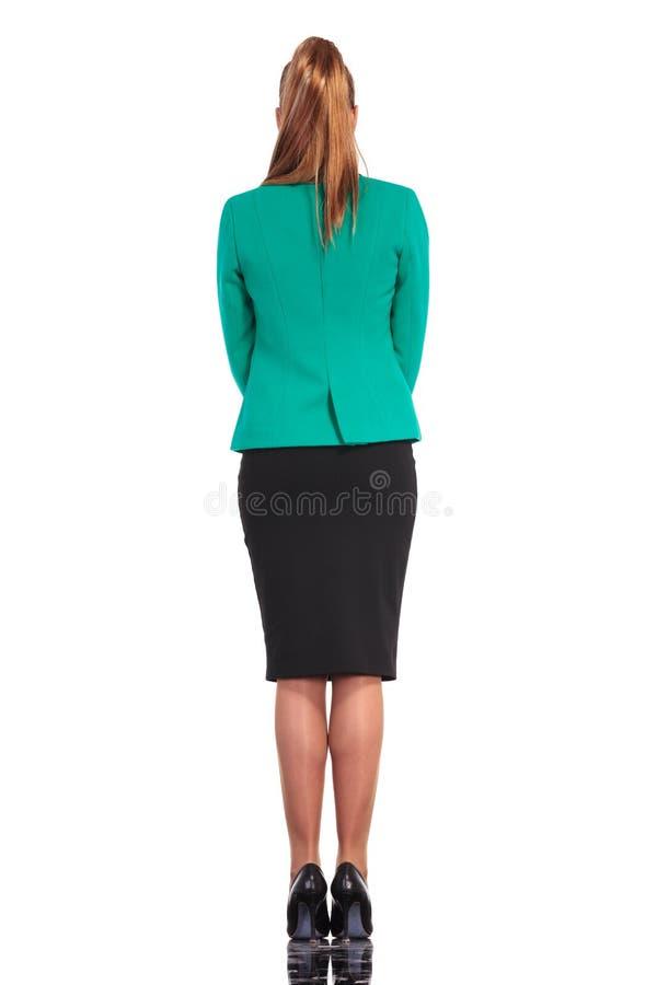 一个年轻女商人身分的背面图 免版税库存图片