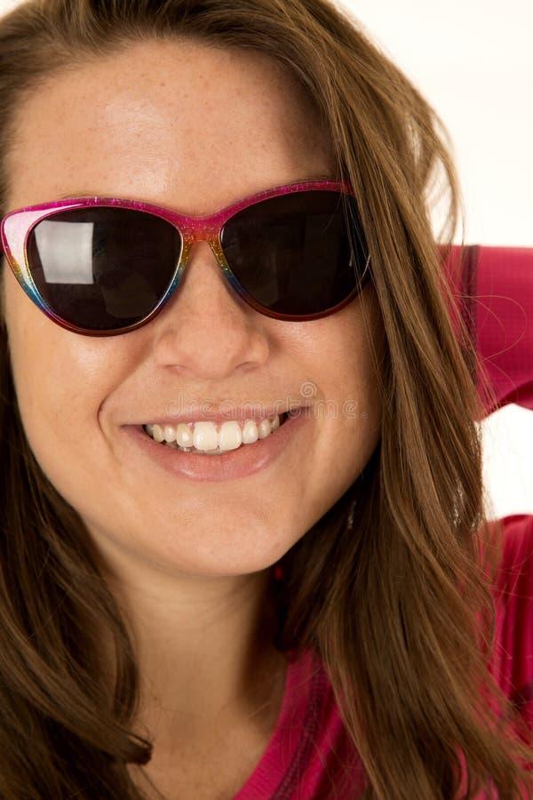 一个年轻女性模型佩带的太阳镜的特写镜头画象 免版税库存照片