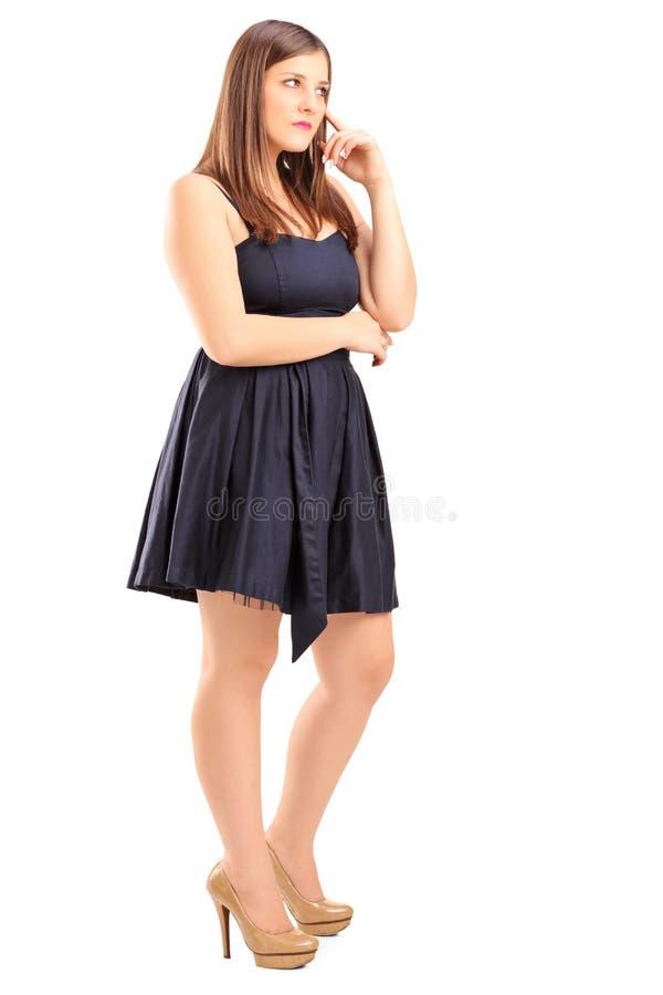一个年轻女性身分和认为的全长画象 免版税库存照片