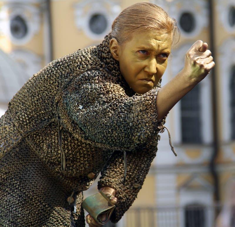 以一个贪婪的老妇人的形式街道女演员生存雕象从杜思妥也夫斯基` s小说 库存照片