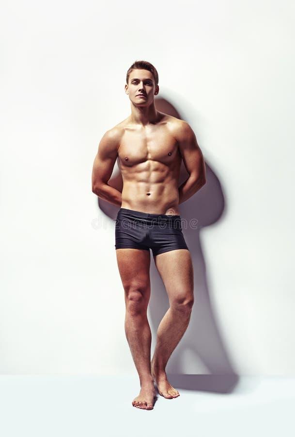 一个年轻性感的肌肉人的画象 免版税库存图片