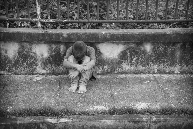 一个年轻无家可归的亚裔男孩害怕和单独 免版税图库摄影