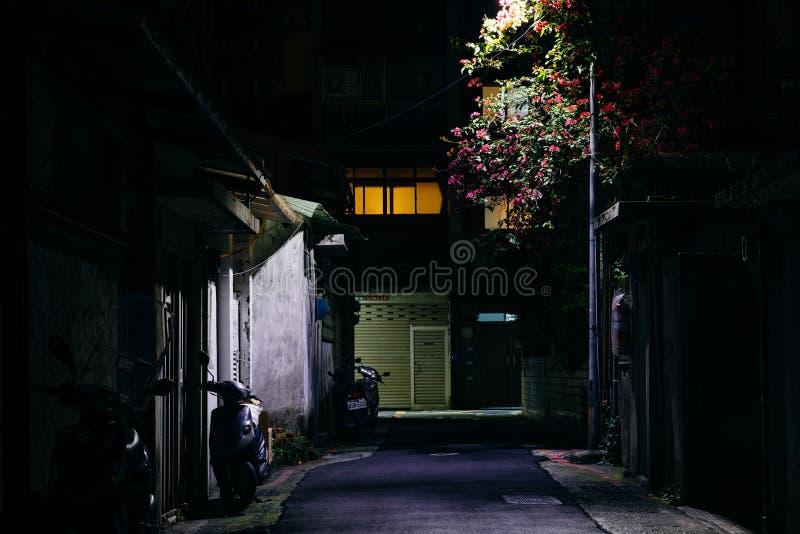 一个黑暗的胡同在晚上,在台北,台湾 库存照片