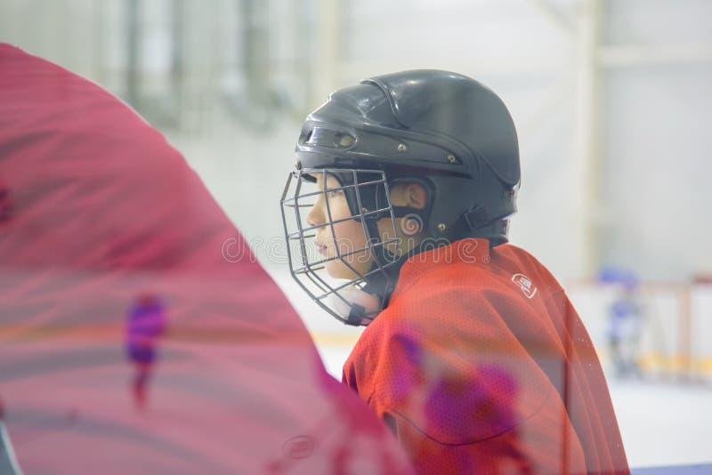 一个年轻曲棍球运动员 免版税图库摄影