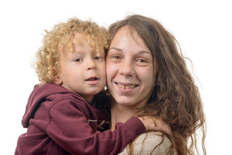 一个年轻母亲和她的儿子的画象,隔绝在白色backgr 库存照片