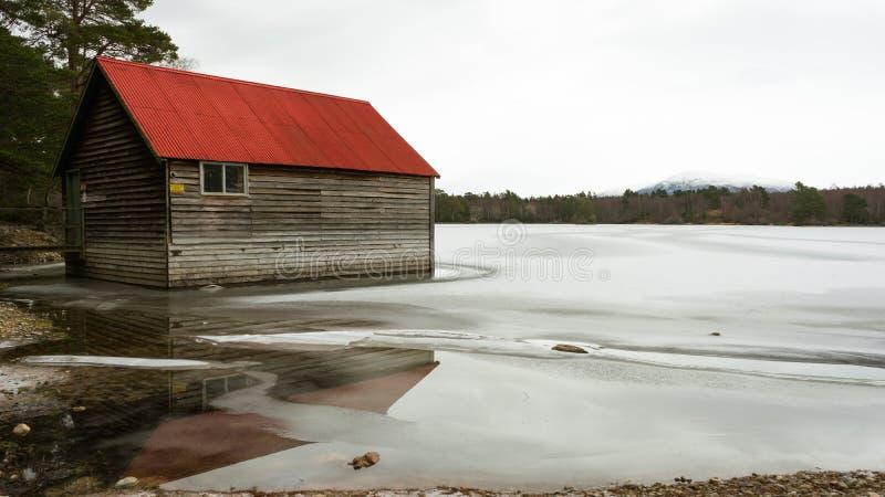 一个冻湖的红色船库 库存图片
