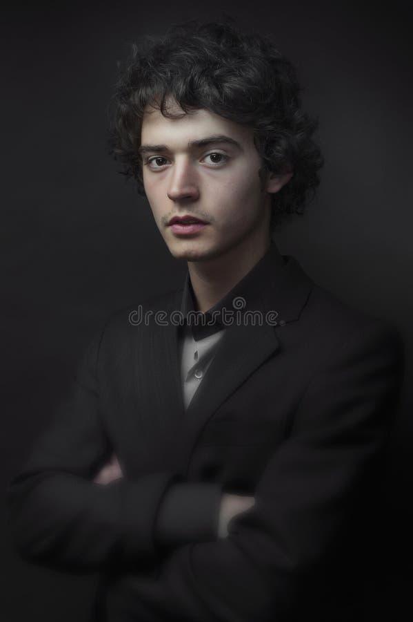 一个年轻男孩的低调画象 免版税库存照片