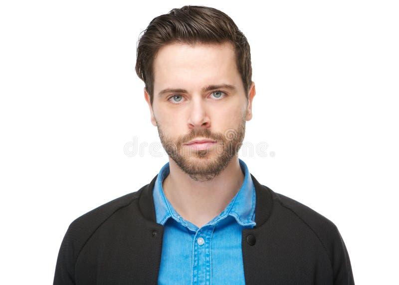 一个年轻男性的画象的水平的关闭与看照相机的胡子的 免版税库存图片