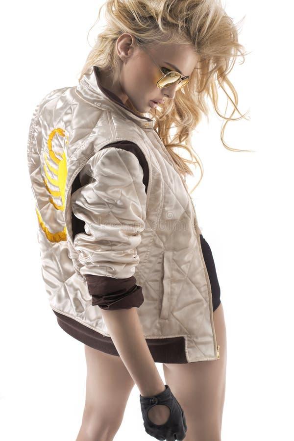 一个年轻白肤金发的夫人的性感的姿势 库存照片