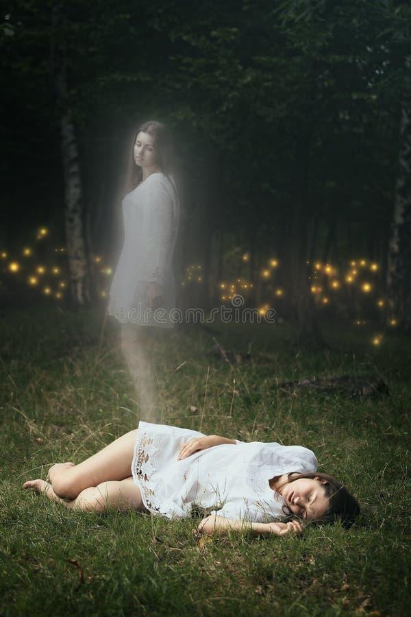 一个死的女孩的灵魂留下她的身体 图库摄影