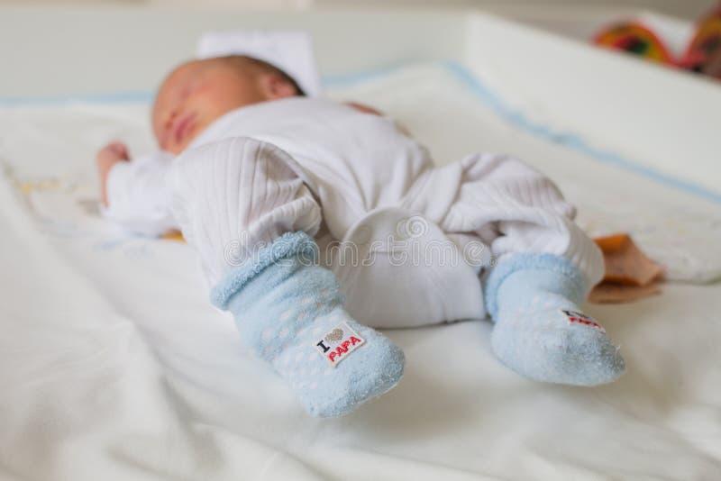 一个轻的身体的新出生的婴孩 库存图片