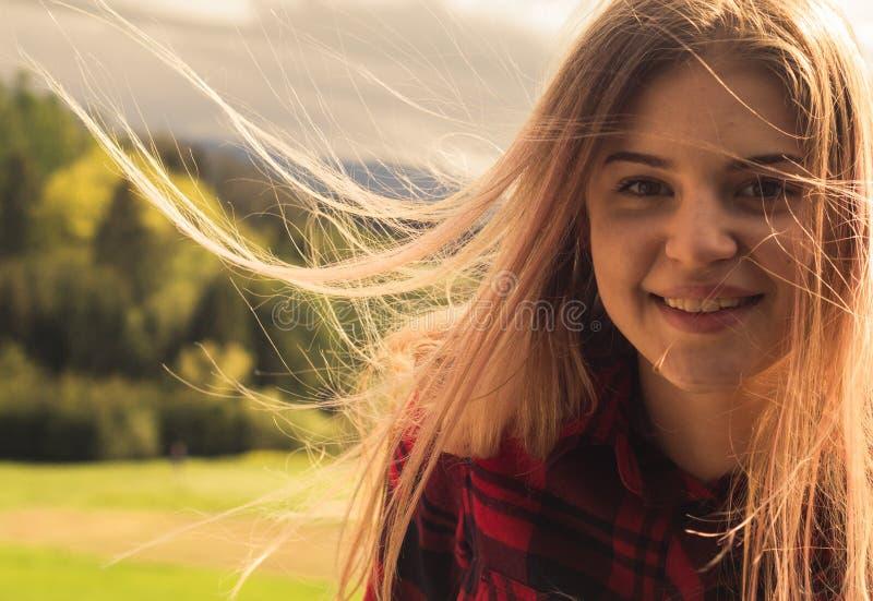 一个年轻美丽的女孩在一个晴天 免版税库存照片