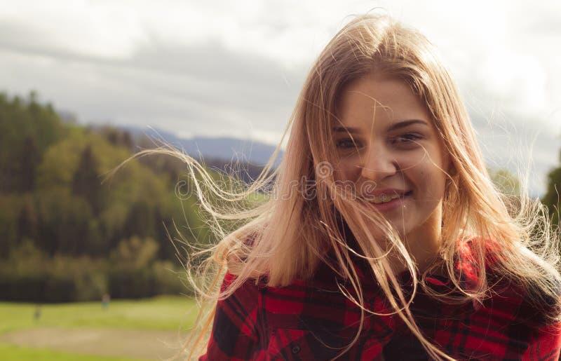 一个年轻美丽的女孩在户外一个晴天 免版税库存图片