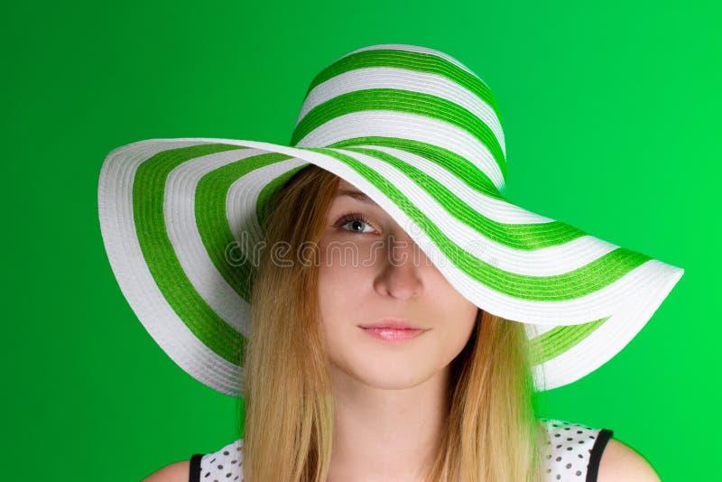 一个绿色帽子的女孩海滩小条 水平 免版税库存照片