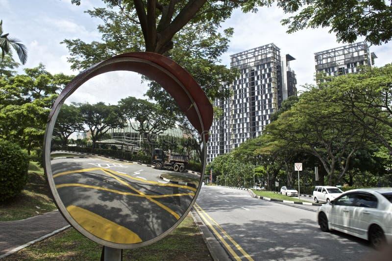 一个绿色技术高层建筑物和交通镜子 库存图片