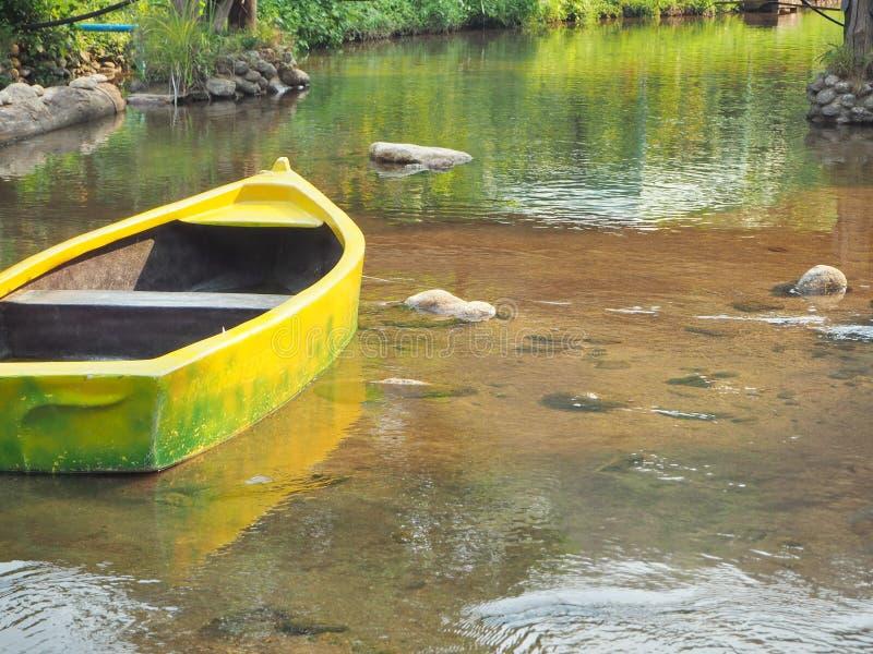 一个黄色独木舟在湖,清楚的水 库存照片