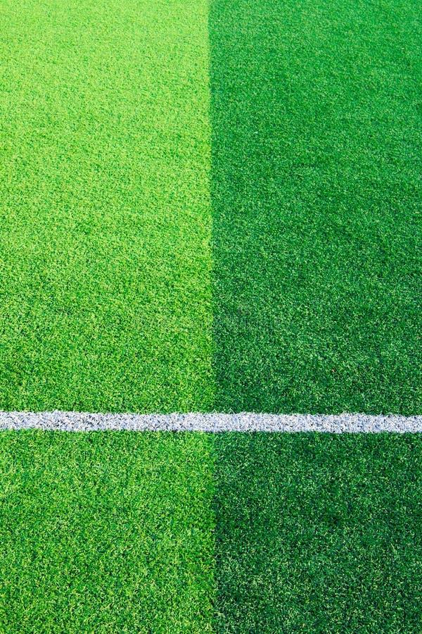 一个绿色综合性草运动场的照片与嘘空白线路的 免版税库存图片