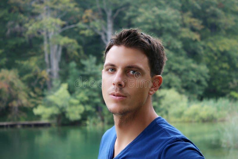 一个年轻蓝眼睛的人的画象 免版税图库摄影