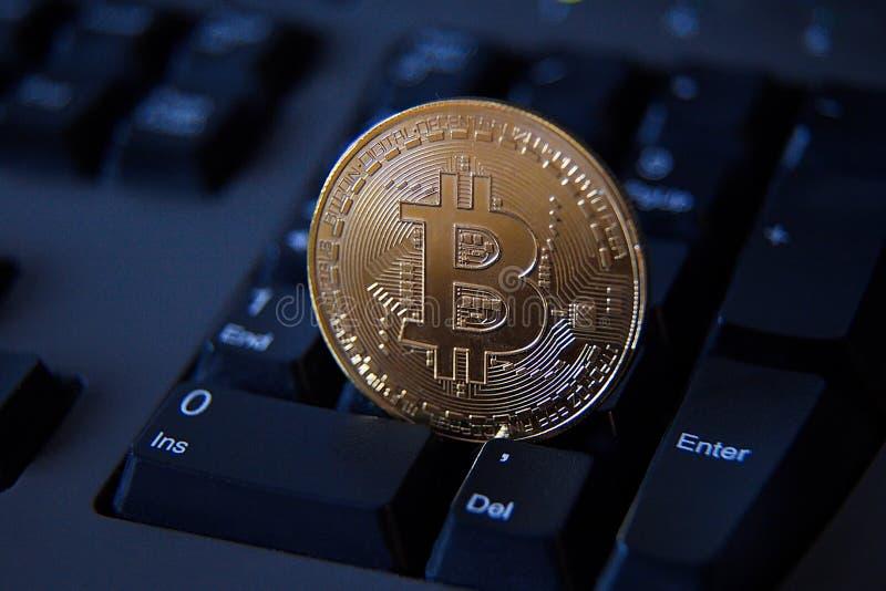 一个Bitcoin和键盘 免版税图库摄影