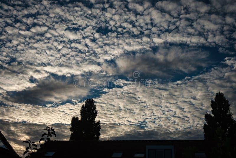 一个fallstreak孔、亦称一个穿孔云彩或者云彩孔,出现在高积云 库存图片