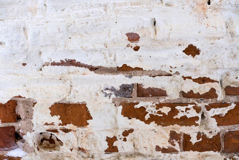 一个orthodoxal教会的一个老雪片未恢复的砖墙的片段在一个小俄国镇 库存图片