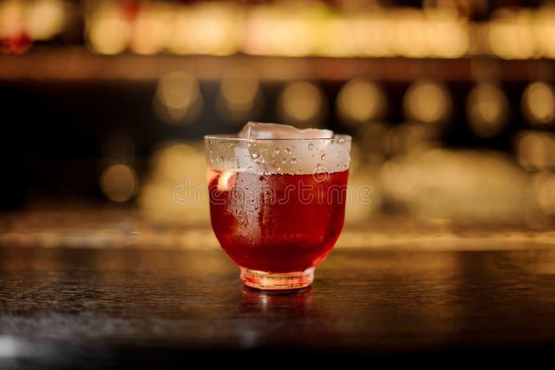 一个Vieux Carre鸡尾酒的杯在木酒吧柜台的 免版税图库摄影