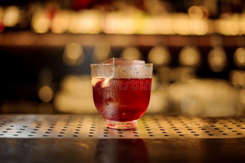 一个Vieux Carre鸡尾酒的杯在钢木酒吧柜台的 免版税库存图片