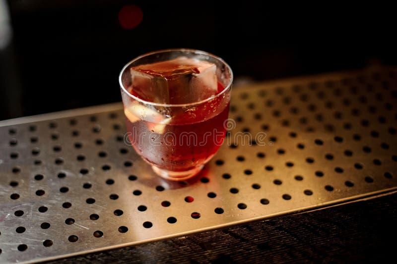 一个Vieux Carre鸡尾酒的杯在铁棍柜台的 免版税库存图片