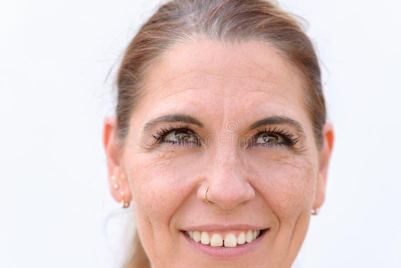 一中年妇女微笑的特写镜头画象 库存照片