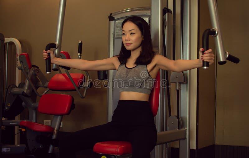 一亚裔美女在健身房训练 免版税图库摄影